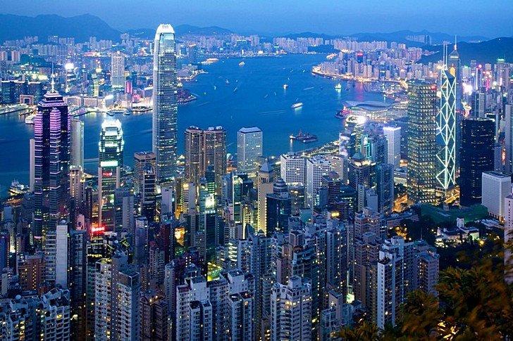 Бухта Виктория в Гонконге Это созданная природой гавань между островом Гонконг и Коулун. Она стала важным стратегическим объектом, центром торговли. Бухта Виктория – это популярное туристическое место. Там устраиваются ежегодные фейерверки, а также занесенное в книгу рекордов Гиннеса световое шоу и звуковое шоу. Оно создается лазерами, прожекторами, вспышками и огнями. Посмотреть на него можно совершенно бесплатно