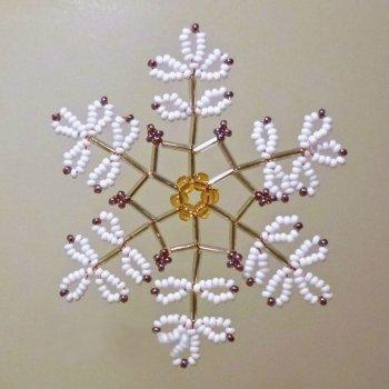 Сочетая стеклярус и бисер разных цветов при плетении снежинки, можно получить удивительной красоты изделие.