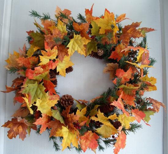 Использование осенних листьев для украшения венка на дверь