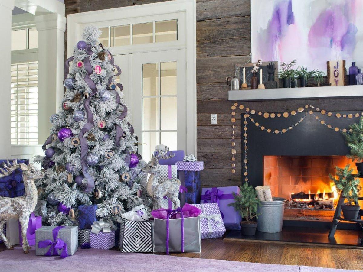 Картинки елок на новый год украшенные в фиолетовом цвете, днем