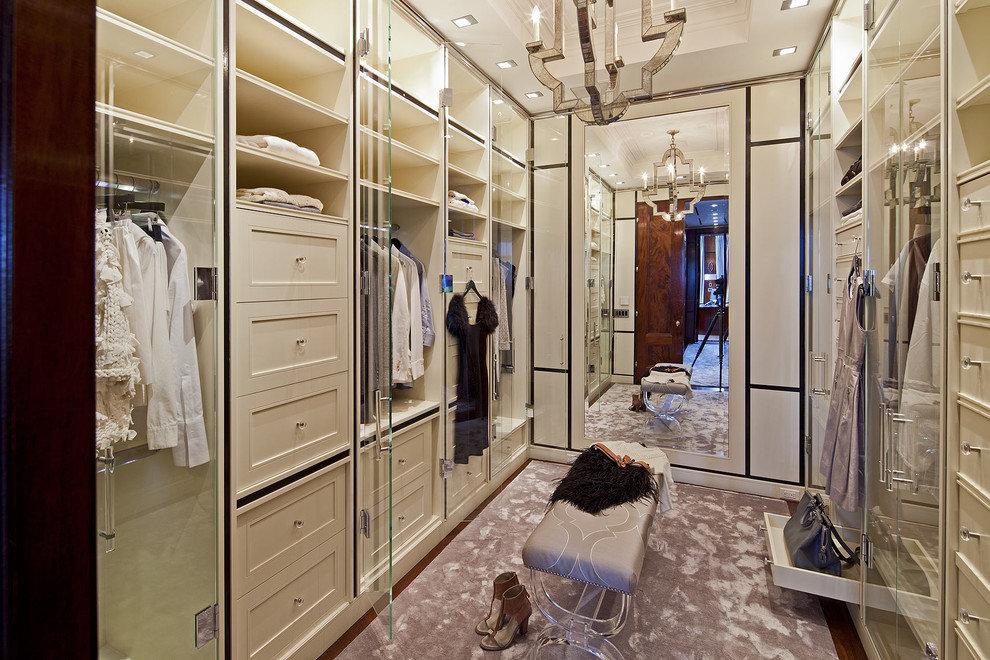 Стильная современная гардеробная с обилием стеклянных дверей.