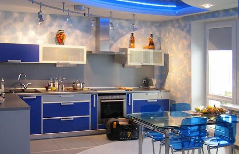 ФОТО КУХНИ 2016 - Кухня для частного дома в стиле модерн. Синяя угловая кухня в стиле модерн 4 метра