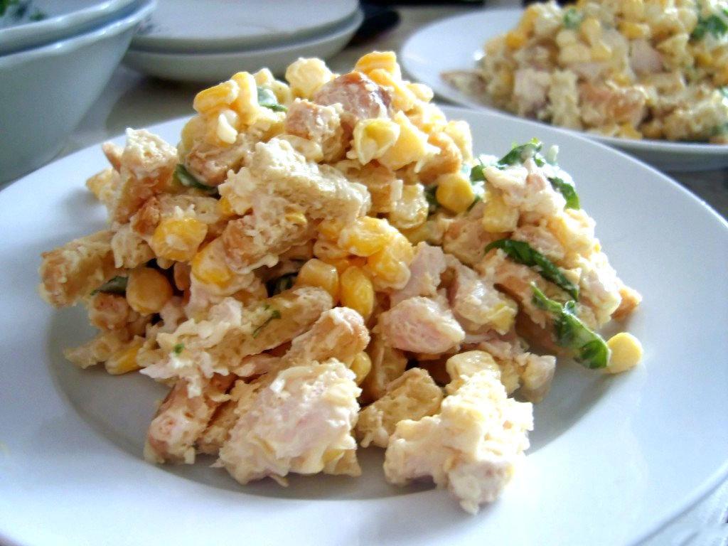Салат с фасолью, ветчиной и сухариками из консервированных бобов готовят множество вкусных блюд, например, таких, как оригинальный праздничный салат с фасолью, ветчиной и сухариками, заправленный натуральным йогуртом или всеми любимым майонезом.