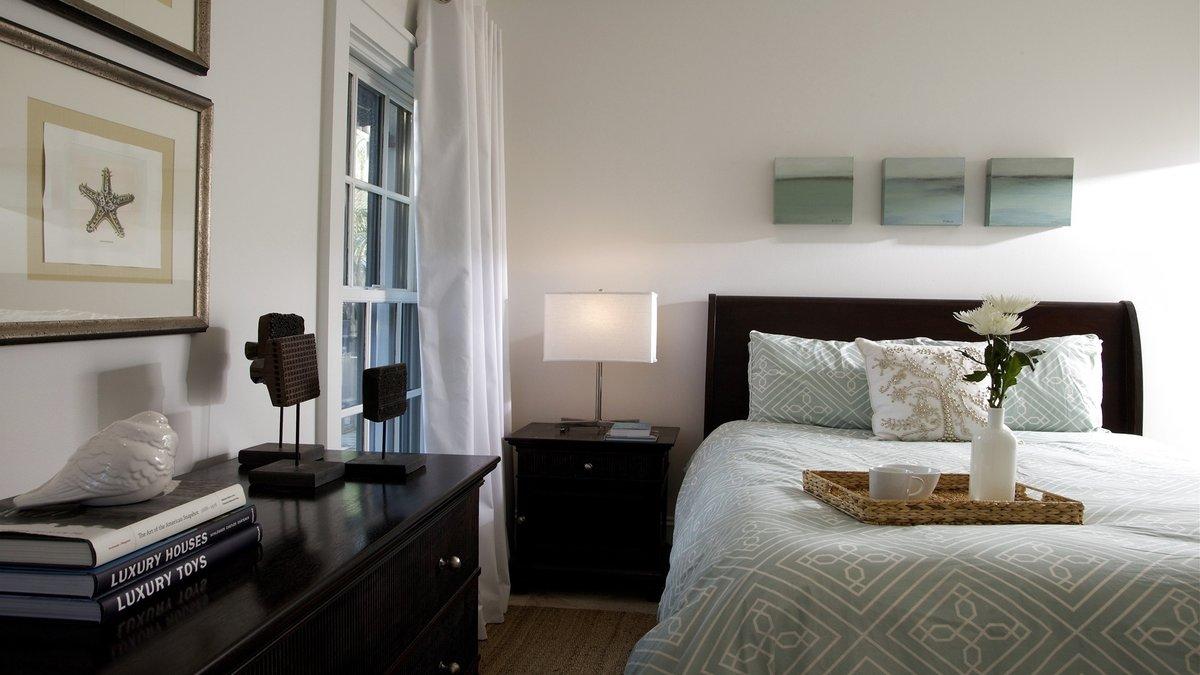 Черная мебель в белой спальне