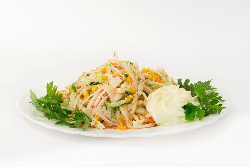 салат из кальмаров и крабовых палочек фото