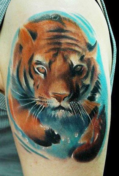 Плывущий тигр на плече, стиль акварель