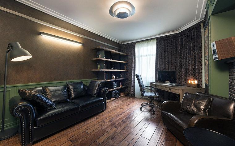 Темный монохром, кожаная мебель, деревянный палубный пол - отличный антураж для рабочего кабинета хозяина дома.