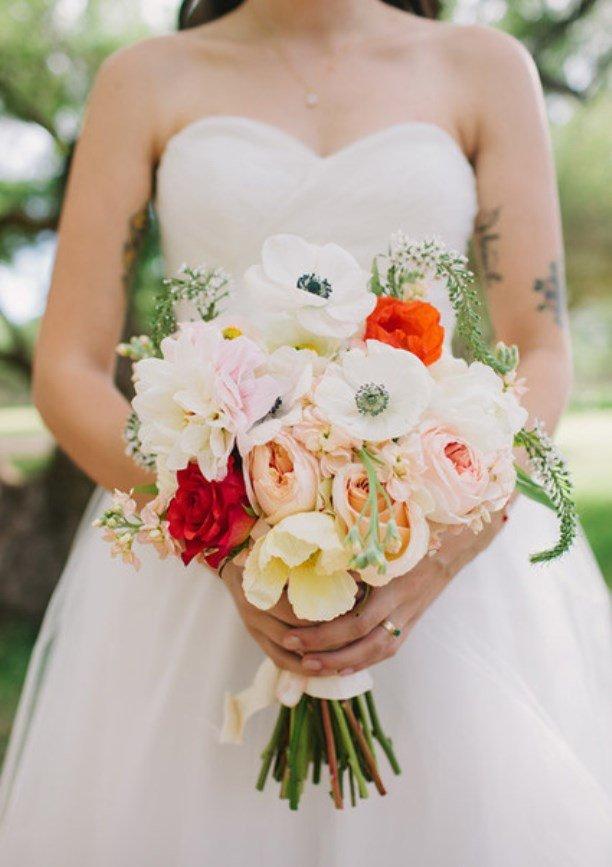Свадебный букет в нежных тонах, с небольшими яркими акцентами