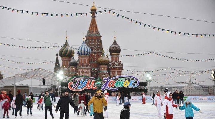 У стен Кремля открылся традиционный ГУМ каток. На всю долгую русскую зиму он станет местом притяжения горожан и гостей столицы.