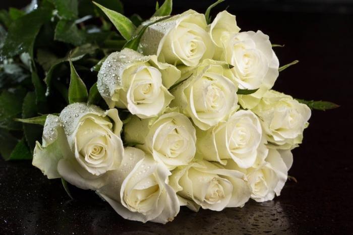 Открытки с днем рождения с букетом белых роз