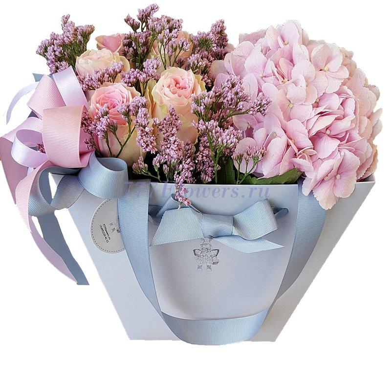 Заказать живые цветы в коробке недорого с доставкой по Москве от магазина 777 Flowers