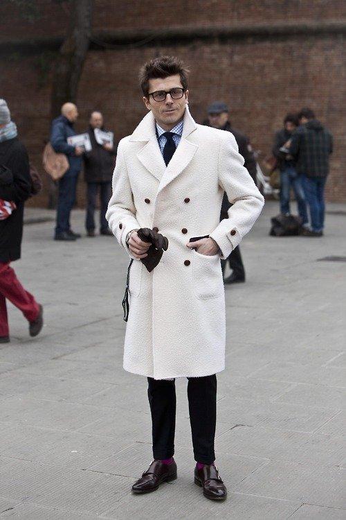 Белое пальто - смелый и неожиданный выбор!