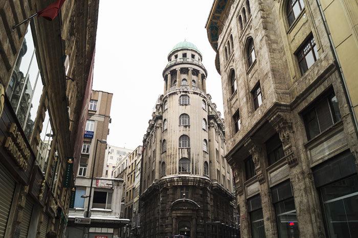 Обычно в Стамбуле тепло и солнечно, но мы попали в неделю, когда снег шел чуть ли не каждый день, вечером становилось холодно гулять и мы прятались в барах и ресторанчиках, дегустируя турецкие блюда и отдельно, хочется упомянуть за сладости.