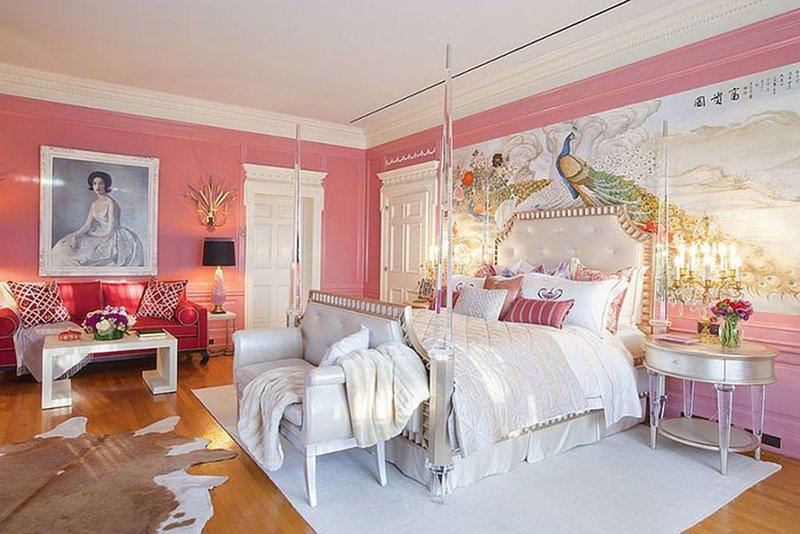Красивое декоративное покрывало в розовой спальне