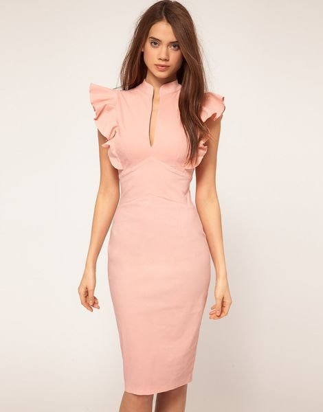 Розовое платье по колено