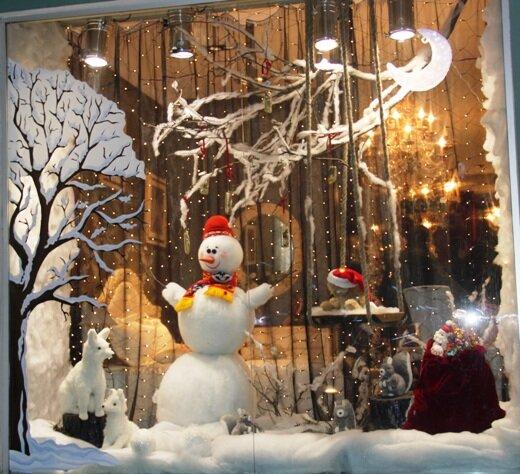 Для внутреннего оформления можно использовать новогоднюю атрибутику (шары, мишуру, конфетти), ткань, флористические композиции, еловые гирлянды, надувные шары, бусы, пенопласт, бумагу и многое другое. Главное – это оригинальность и подбор материалов и цветовых решений, соответствующих фирменному стилю.