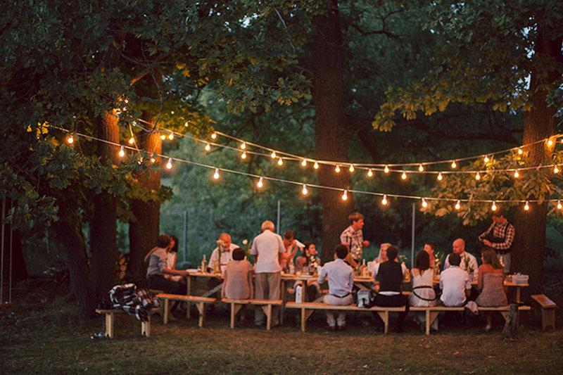 Камерная свадьба в лесу с декором из лампочек