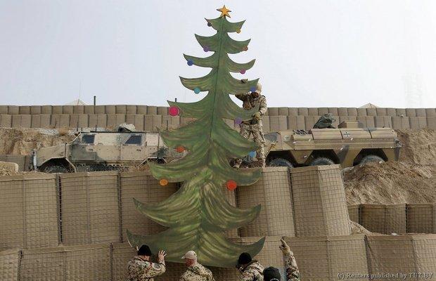 Немецкие солдаты Бундесвера устанавливают самодельную елку к праздникам в их боевой заставе около Баглана (северный Афганистан)