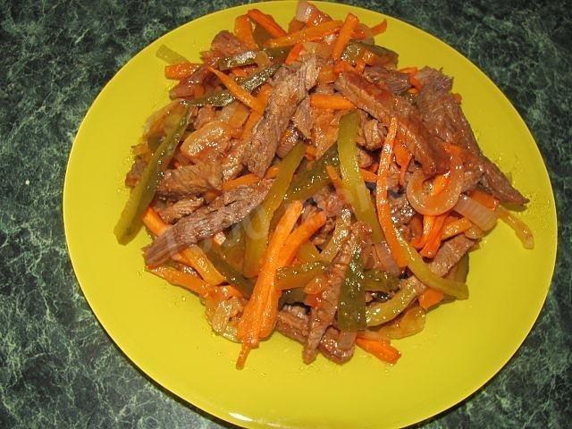 Салат с мясом говядины и соленым