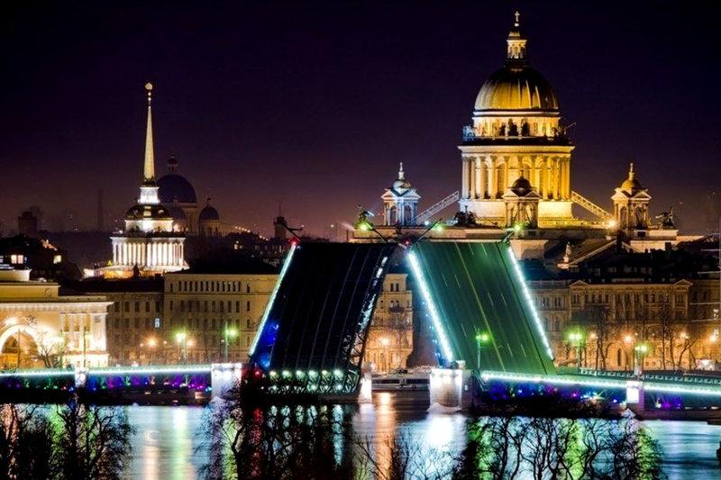 Разводной мост в канун Нового года в Санкт-Петербурге.