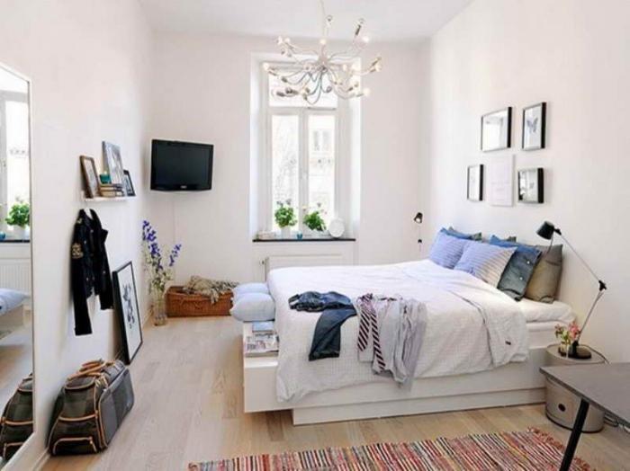 Традиционное размещение кровати практически не оставляет возможностей для создания дополнительных функциональных предметов спальни. Фото таких комнат вы можете увидеть во все дизайнерских изданиях. В этом случае может не остаться места для других предметов интерьера.