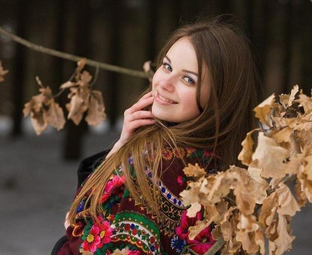 Красивая русоволосая девушка с платком