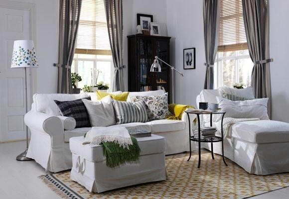 Белый и зеленый пледы для оформления гостиной комнаты.