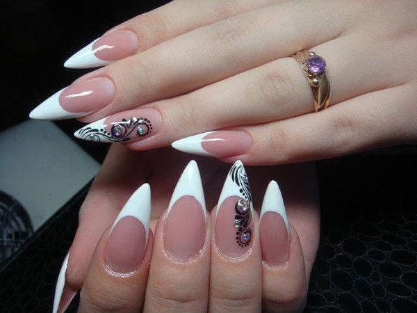 Дизайн белого френча на острых ногтях фото