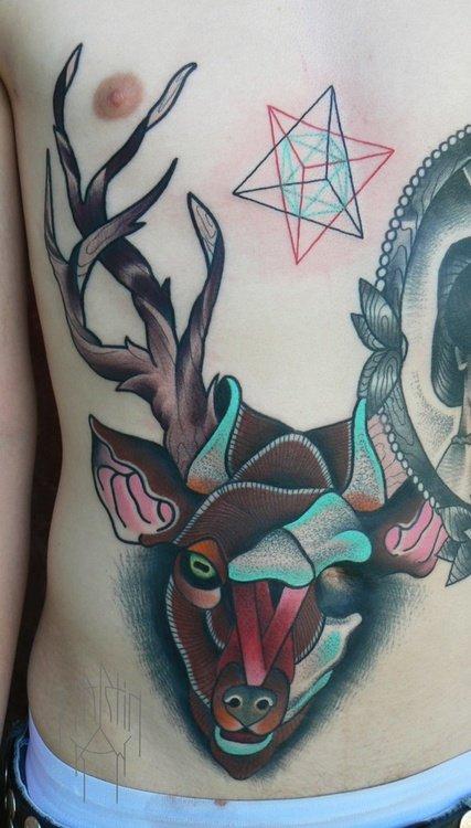 Цветные татуировки с оленями на животе