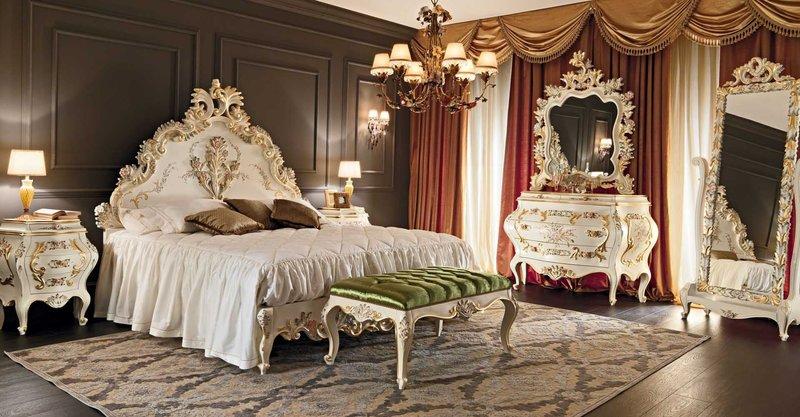 Массивная королевская кровать