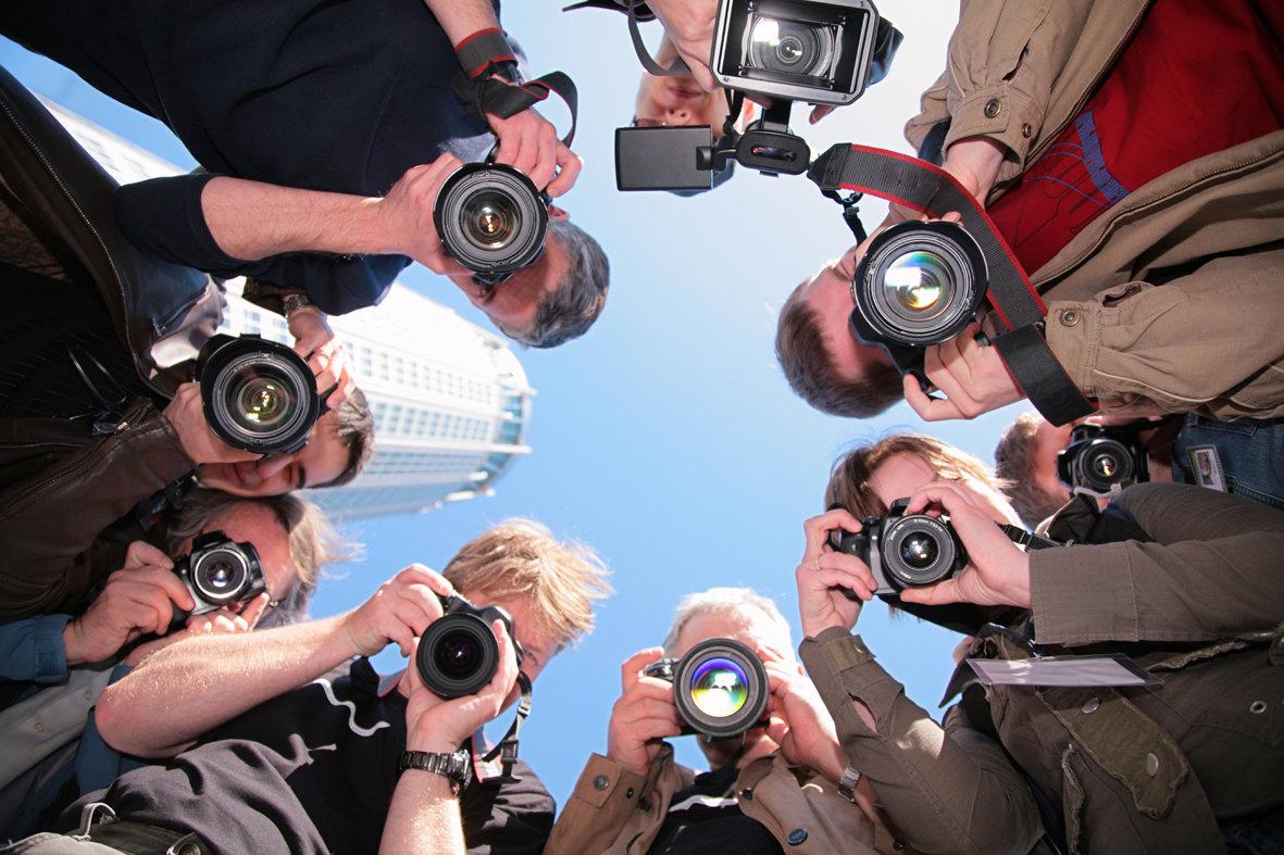 чувак с кучей фотоаппаратов фоткает на мобилу - 11