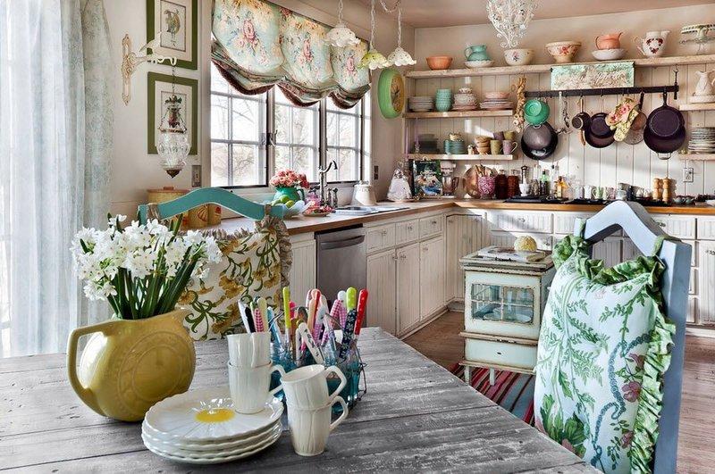 Кухня в стиле шебби-ик именно такая – тонкая, кружевная, украшенная массой деталей
