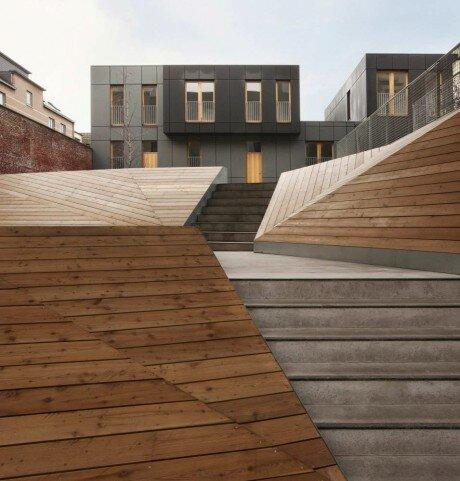 Этот небольшой комплекс на 7 жилых единиц был построен в этом году в центре Брюсселя. Архитектурно-планировочное решение отражает современный подход к участку и контексту в целом.