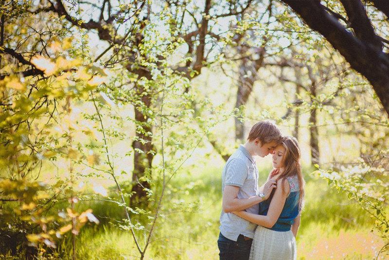 Молодая пара в лесу питера видео