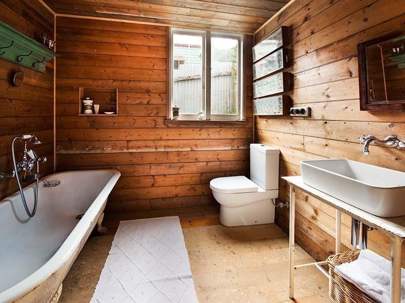 Санузел в деревянном доме своими руками фото