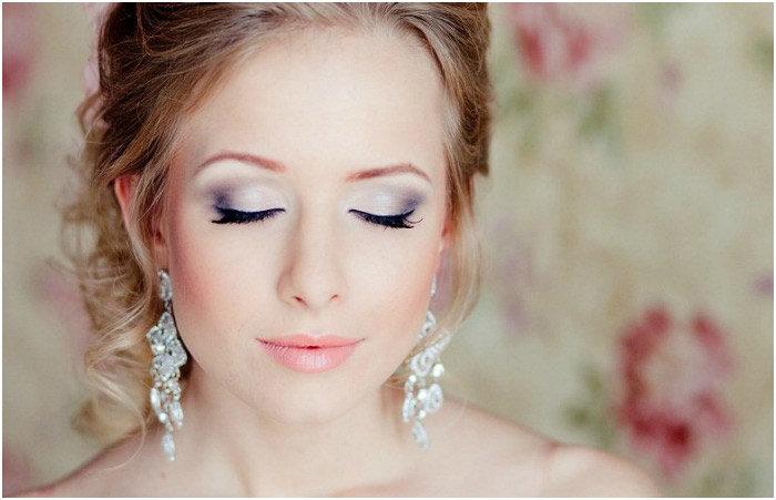 Свадебный макияж для карих глаз легко выполнить в домашних условиях. Как подобрать мейкап для кареглазой невесты по оттенку волос, пошаговая инструкция с фото и видео.