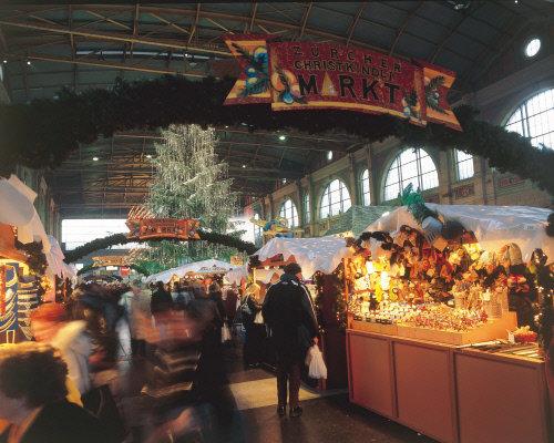 Рождество - особое время в Швейцария. Перед праздником Швейцария превращается в сказочную страну, улицы которой украшены огнями, главные площади - рождественскими елками, а воздухе витает ощущение волшебства.