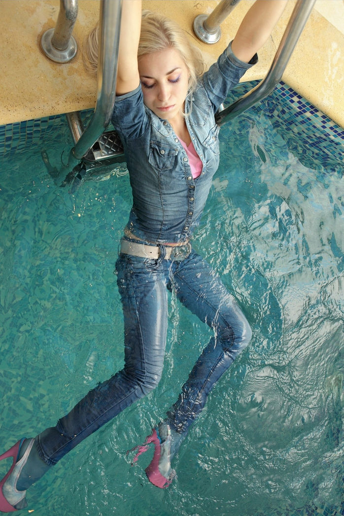 фото в мокрой одежде девушки