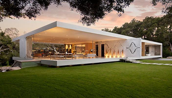 В современной архитектуре наметилась тенденция использования в качестве основного материала для создания архитектурных форм стекла.