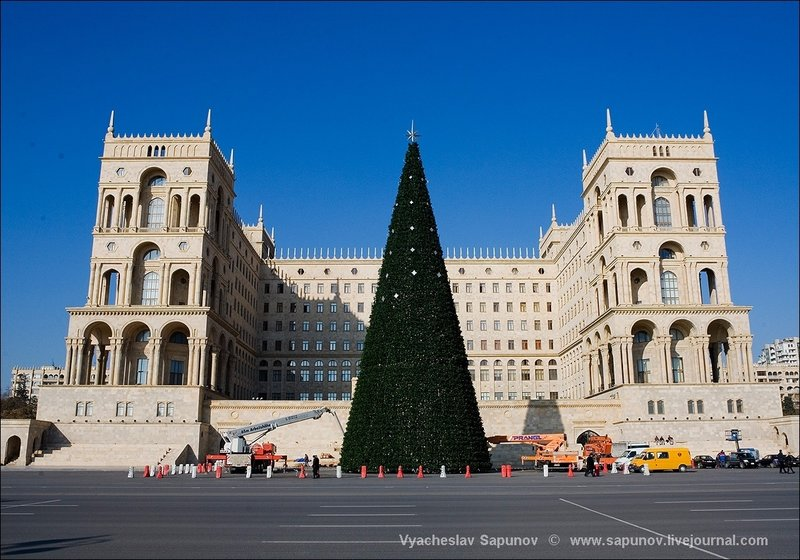 Самая большая ёлка - на площади Свободы.