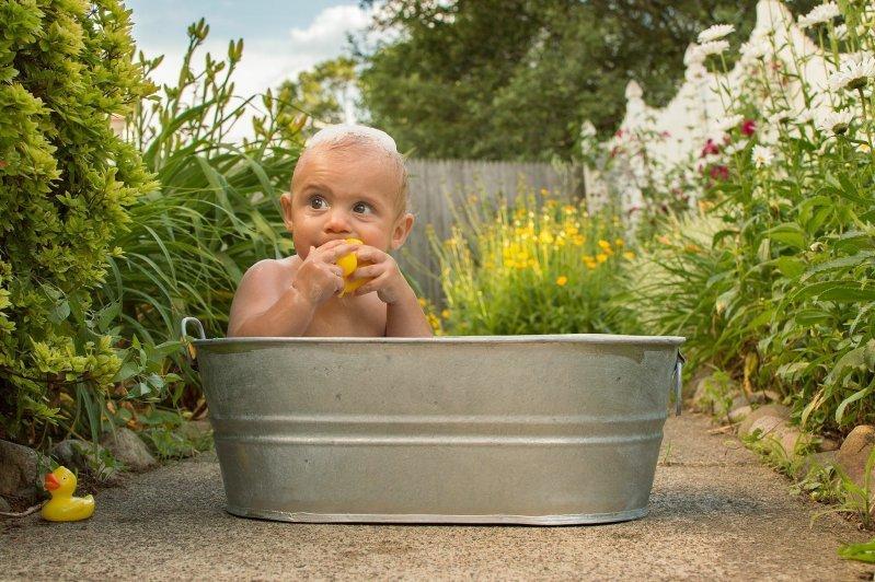 девушка купается в тазике фото - 4