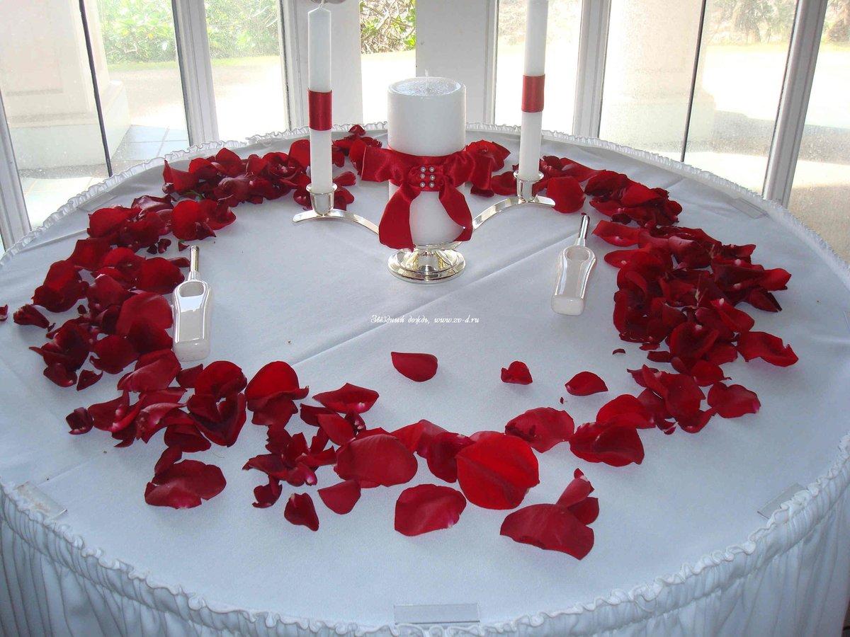 Картинка, картинки с лепестками роз на столе