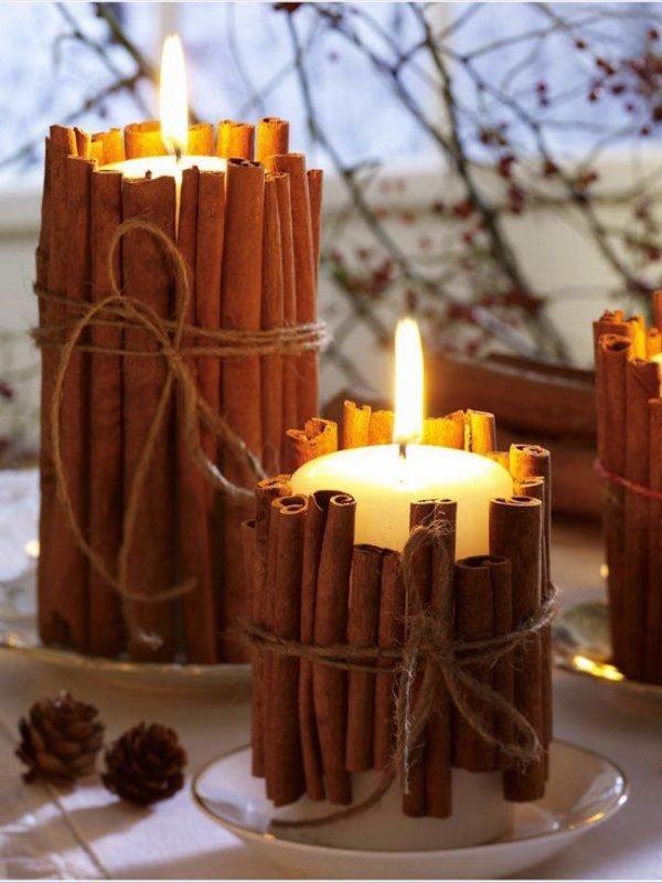 Корица – самая новогодняя пряность. Ее можно не только добавлять в выпечку, но и использовать для новогоднего декора. Возьмите стеклянный стакан или любую банку. Обклейте ее поверхность палочками корицы при помощи клеевого пистолета. Следите, чтобы палочки были выше стакана. Последний штрих – ленточка или веревочка для декора.