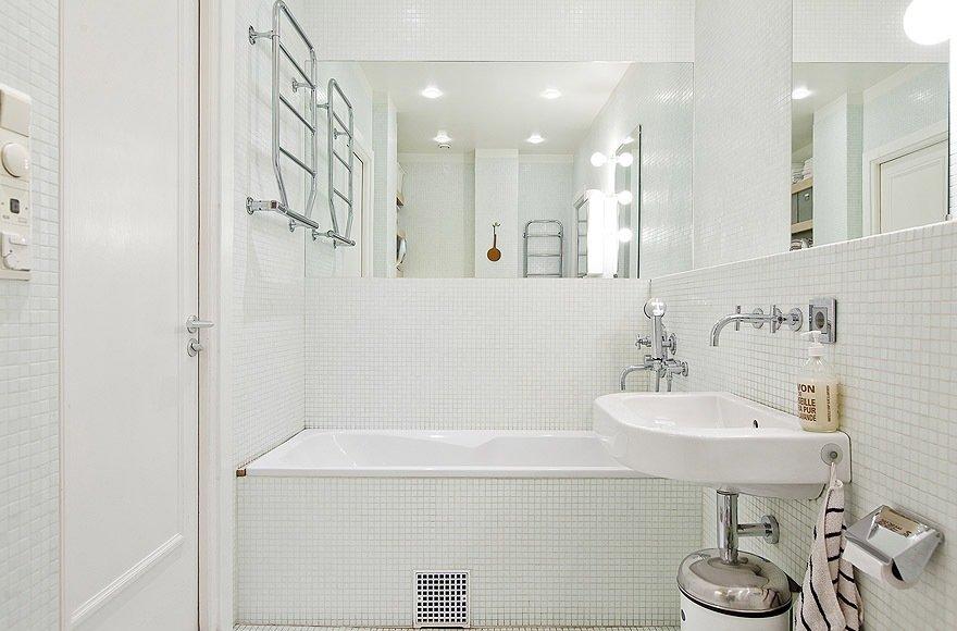 Белая мозаичная плитка в ванной.