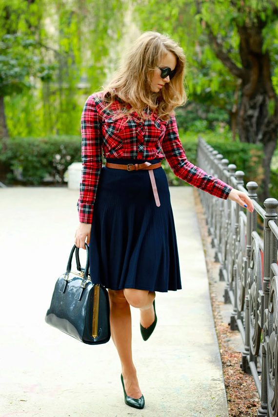 синяя блузка к черной юбке фото