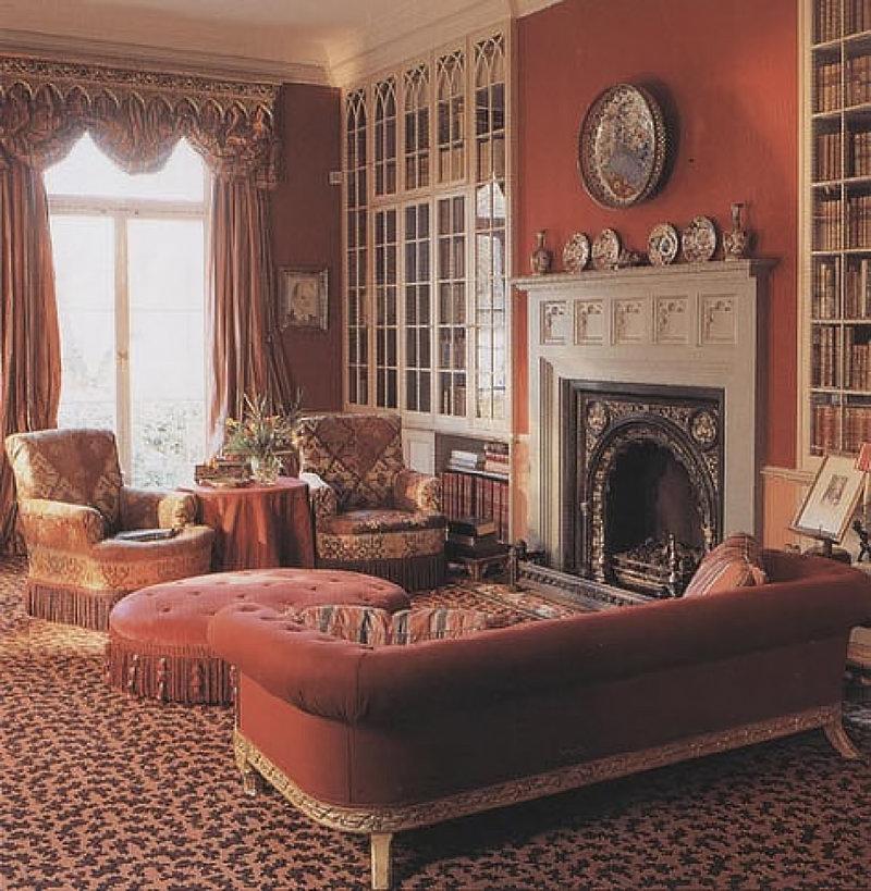 Золото уникально действует на бордовый интерьер, делая его по-королевски богатым, где бы оно ни присутствовало — на обоях,  мебели или шторах