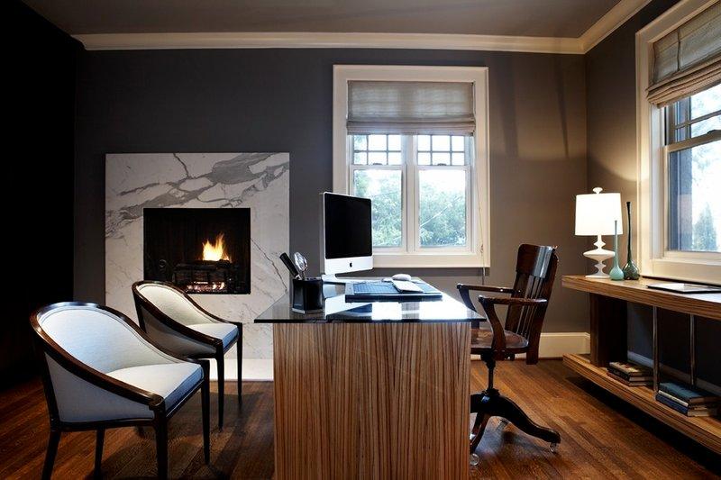 Домашний кабинет в классическом стиле с камином