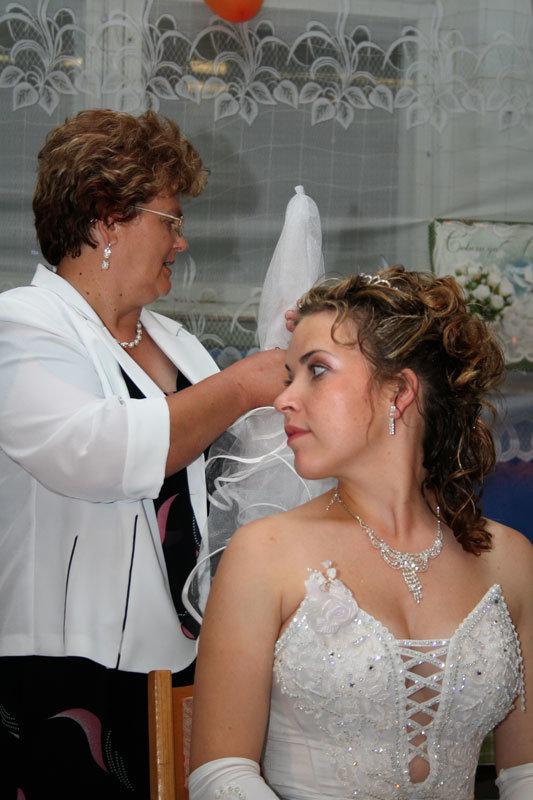 Кто снимает фату на свадьбе