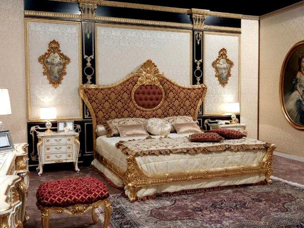Возле кровати следует поставить изящные тумбочки, с позолоченными ножками и ручками. Также нельзя забыть про туалетный столик, шкаф и комод, вся мебель должна соответствовать кровати, быть такой же шикарной, дорогой и яркой.