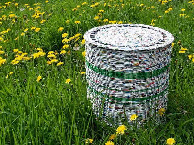 Плетеная корзинка из газетных трубочек с крышкой